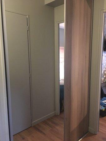 Hotel Mendionde: Wardrobe (closed). Haldf door is a mirror