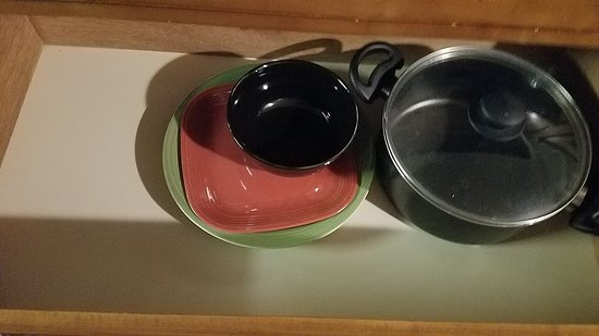 Days Inn by Wyndham Provo: I have no idea why our dresser was storage for dishes and pots...