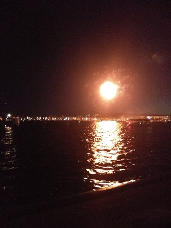 Foster City, Kalifornien: JULY FOURTH FIREWORKS DISPLAY AT THE LAGOON