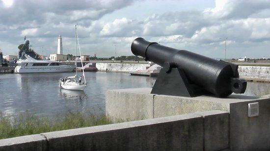 Kronshtadt, Ρωσία: Мемориальное полуденное орудие в Кронштадте...