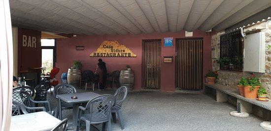 Laspuña, España: Entrée de l'hôtel - Restaurant