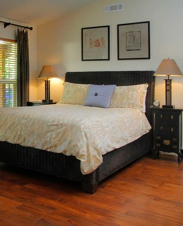 Coho Cottages: Tao queen bed
