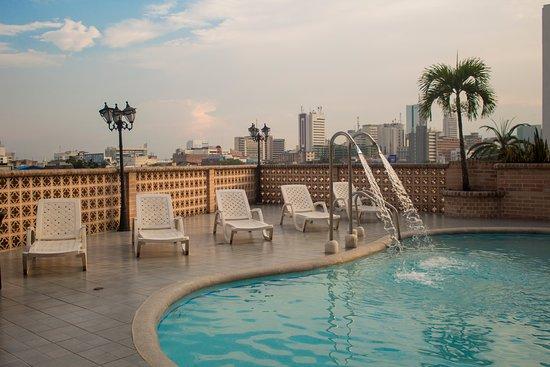 Hotel Calima Real: Terraza con piscina bronceadora, VIsta espectacular de Santiago de Cali.