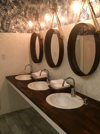 Burr Ridge, IL: Beautifully done bathrooms