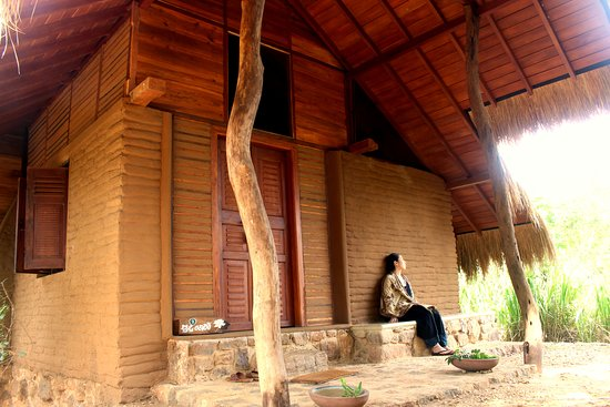 Athreya Ayurveda Ashram: The front view of the super deluxe mud and wooden house