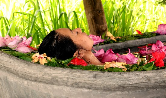 Athreya Ayurveda Ashram: Herbal flower bath in an private outdoor tub