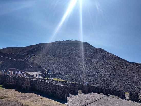 Museo de Sitio Teotihuacan: Pyramid of the sun with sun rays