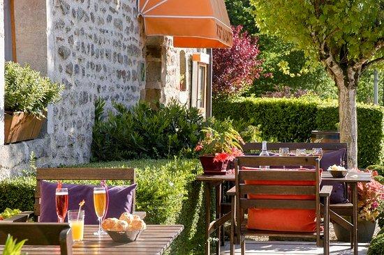 Le Fete, France: terrasse villageoise