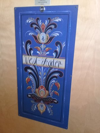 Findlay's Holiday Inn: Rosemaling on the door of one of the rooms.
