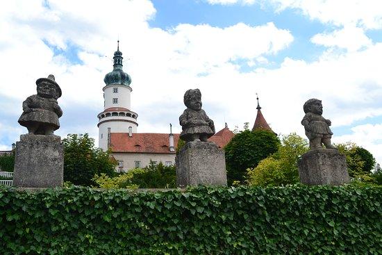Zamek Nove Mesto Nad Metuji: Вид на замок из парка