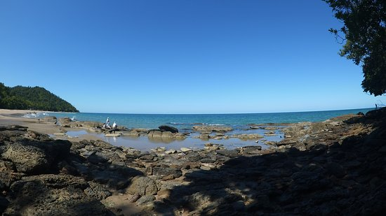 Etty Bay: Fishing spot close by from the rocks.