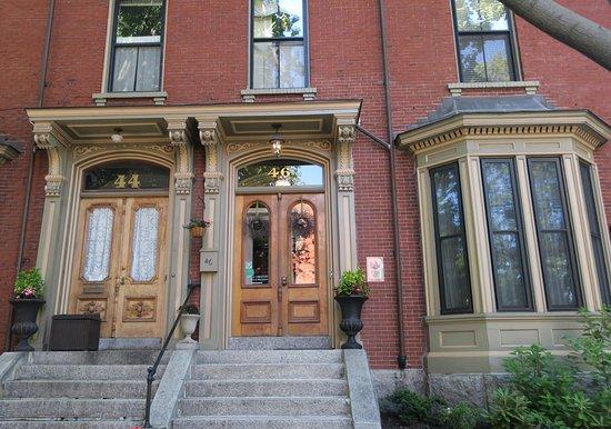 Inn On Carleton: The front entrance.