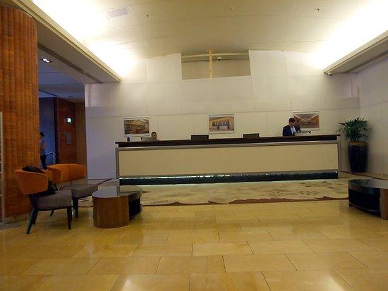 Amora Hotel Jamison Sydney: Front Desk