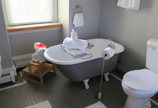 Inn On Carleton: Claw foot tub - there's also a full shower (not in photo).