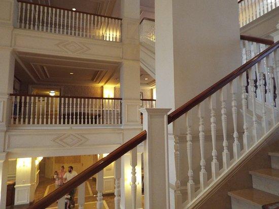 Disneyland Hotel: Staircase
