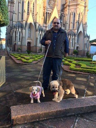 Santa Cruz do Sul, RS: Passeando pela Praça Getúlio Vargas/Catedral São João Batista com Mel e Bolota