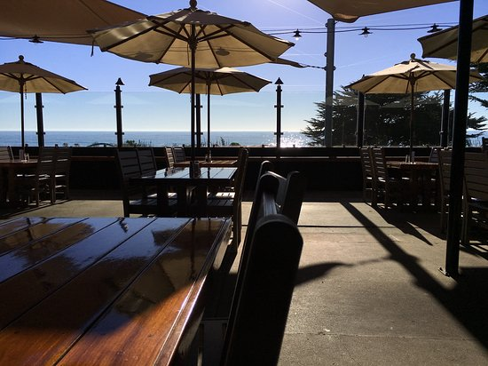 Moonstone Beach Bar & Grill: Come enjoy the view.