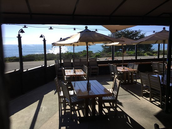 Moonstone Beach Bar & Grill: Indoor view.