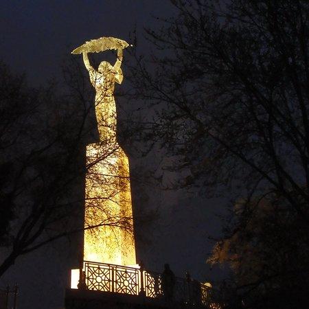 盖勒特山及雕像照片