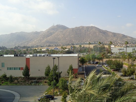 Ayres Hotel & Spa Moreno Valley: Shopping center and mountain view