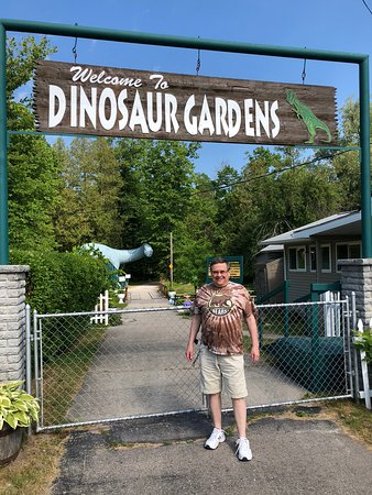 Ossineke, MI: Entrance see the friendly Dino watching you🙂