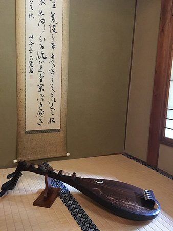 """A """"Pipa"""" was displayed inside the tatami seating area. It looks great."""