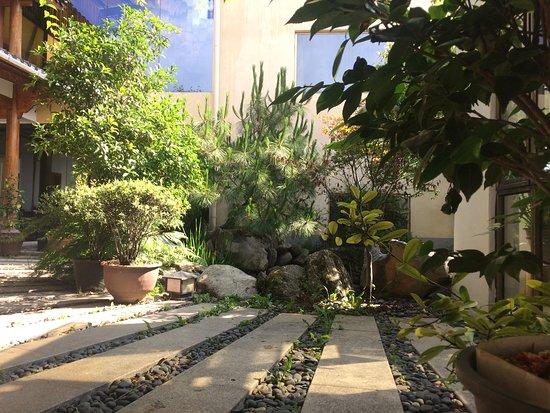 边居酒店: 后院院子