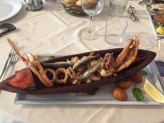 Il Piccolo Guscio: Fritto misto con calamari, seppie,gambero, scampo, alici, mezzo granchio e frittelle alle alghe