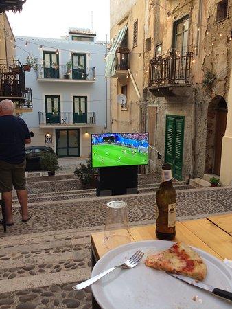 Quattro Canti: футбол с хорошей пиццей