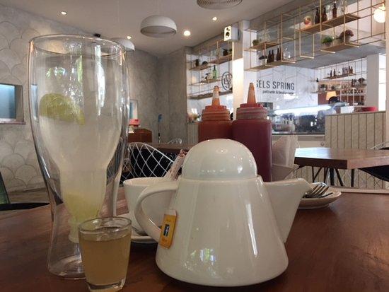 Brussels Spring: lemon juice dan teh panas untuk teman sarapan