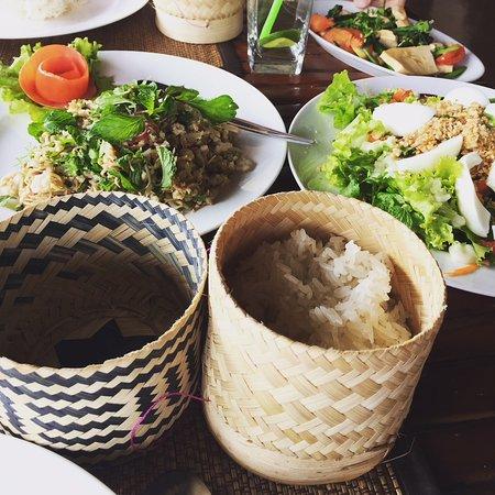 Sanctuary Pakbeng Lodge: Aperçu de plusieurs plats laotiens dont le fameux riz gluant