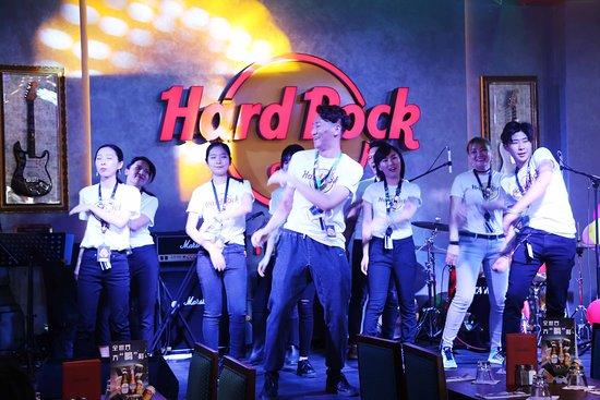 天津硬石餐厅的工作人员登台表演员工劲舞