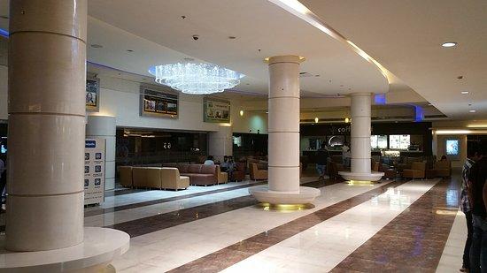Mumbai Suburban District, Inde: Lobby inside Cinepolis, Bhandup