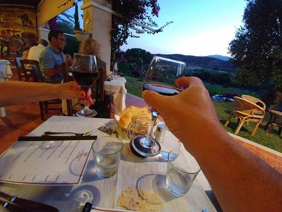 Restaurant Abba 'e Murta: Uitzicht (stoelen rokers rechts..)