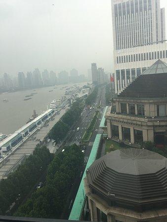 لي سويتس أورينت بوند شنغهاي: View from Shanghai Suite bedroom on 18/f. 12/f will face restaurant kitchen opposite