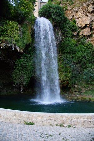 Salles-la-Source, France: cascade de Salle la Source depuis la rue