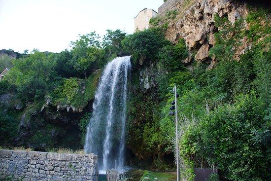 Salles-la-Source, France: cascade de Salle la Source depuis le parking
