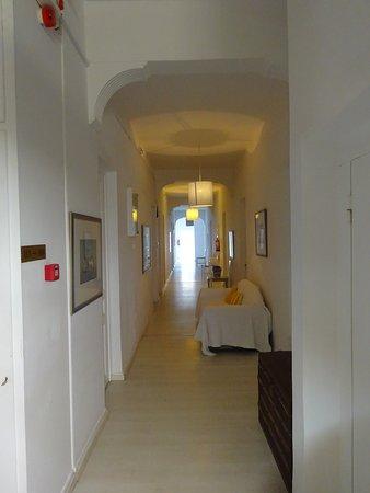 Paradise Art Hotel: Διάδρομος δωματίων 1