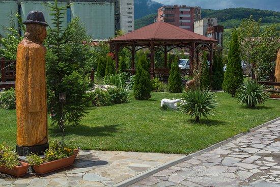 Codlea, Romania: Beautiful garden