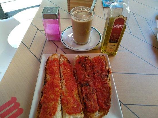 Cafeteria J.F.: Bueno y rico desayuno en su terraza, por 2'20€.