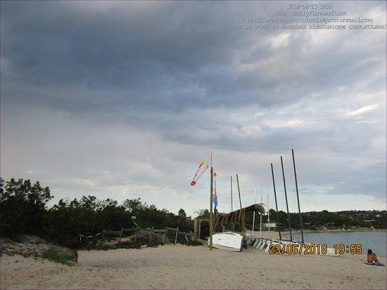 Pinarellu, Frankreich: Spiaggia di Pinarello in una Giornata Ventosa e Nuvolosa.(c) Andrea Bortolotti