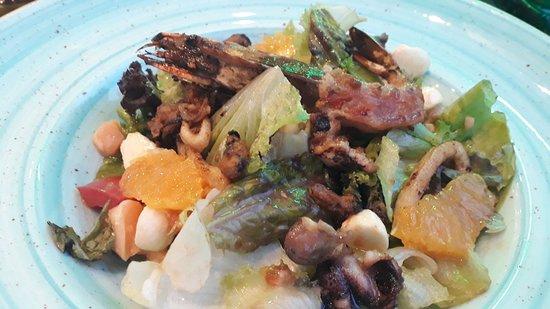 Tangerine Cafe: Салат с морепродуктами