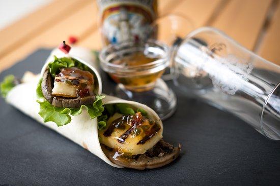 Monteforte d'Alpone, Olaszország: Mini wrap con halloumi grigliato o chili di carne e vegetariano