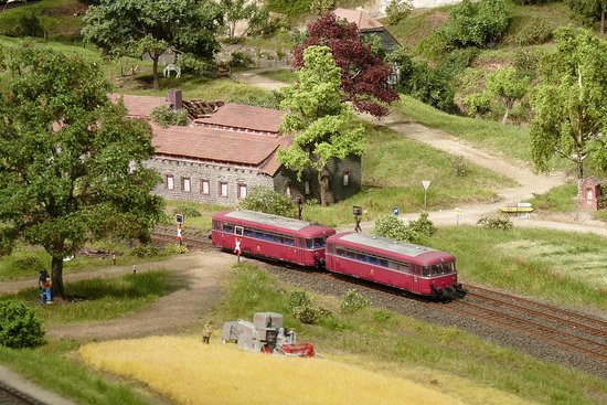 Bad Driburg, Németország: Ein zweiteiliger Schienenbus knattert durch das typische Weserbergland