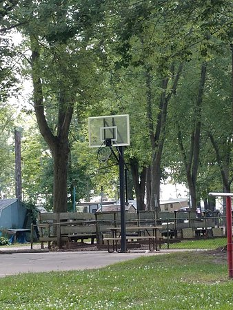 Wolcottville, Индиана: Broken Basketball Hoop