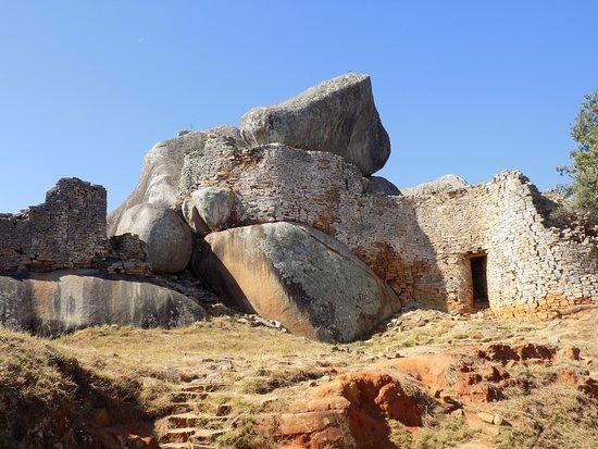 Masvingo, Zimbabwe: Great Zimbabwe: integrated stone construction on the Hill Complex