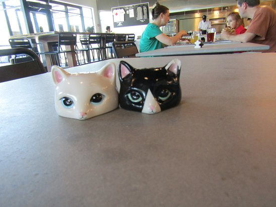 Somersworth, Нью-Гэмпшир: Salt & Pepper, Different shakers for them at each table