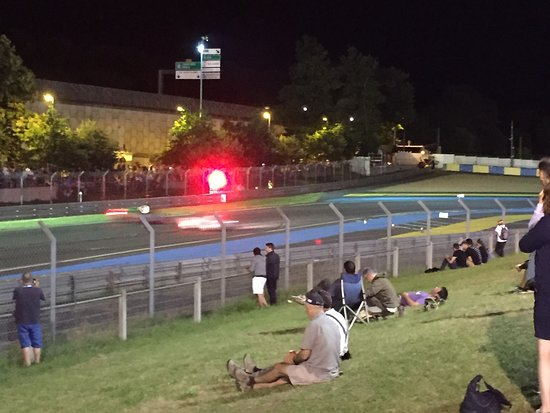 Circuit permanent des 24 Heures du Mans: Crowds watching the night racing from the mound on track side