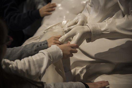 Ancona, Italië: Esplorazione tattile della Pietà di San Pietro - copia di scultura Credits to Luna Simoncini