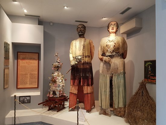 Palmi, Italië: The Giants of Calabria: Grifone and Mata in the Museo di Etnografia